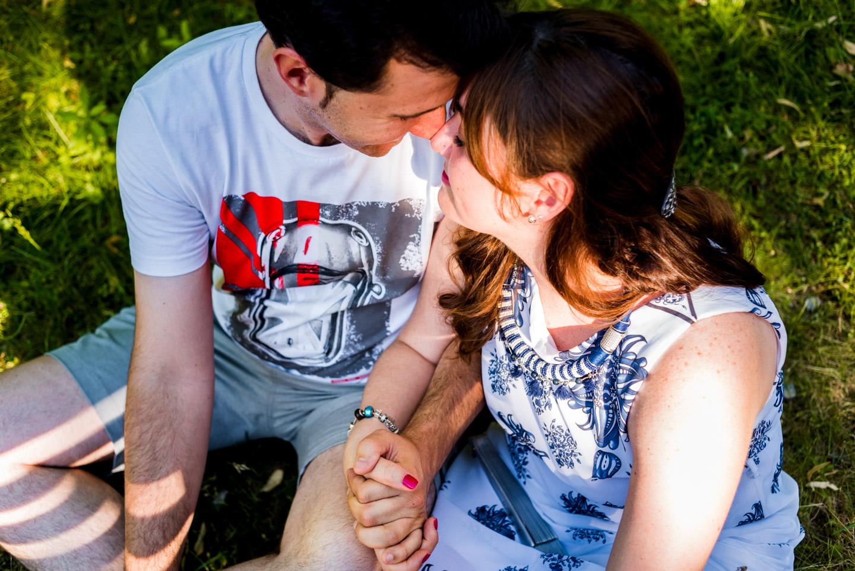 cariño-besito-manos-pareja