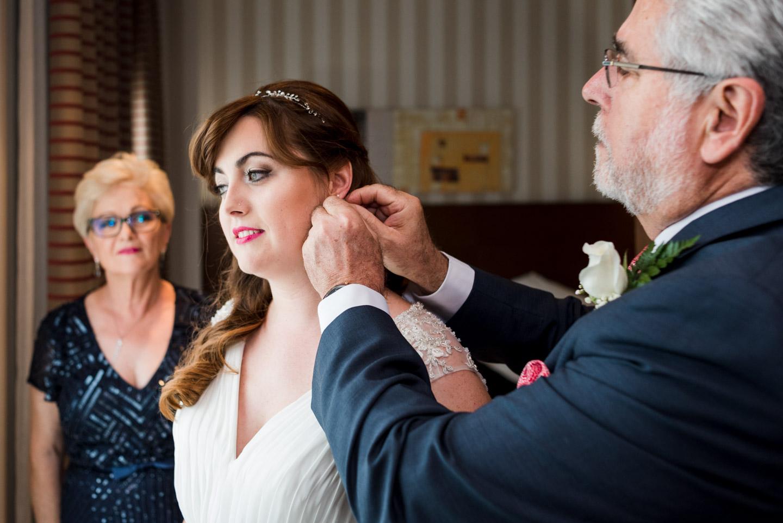 sposa-genitori-orecchino-preparativi
