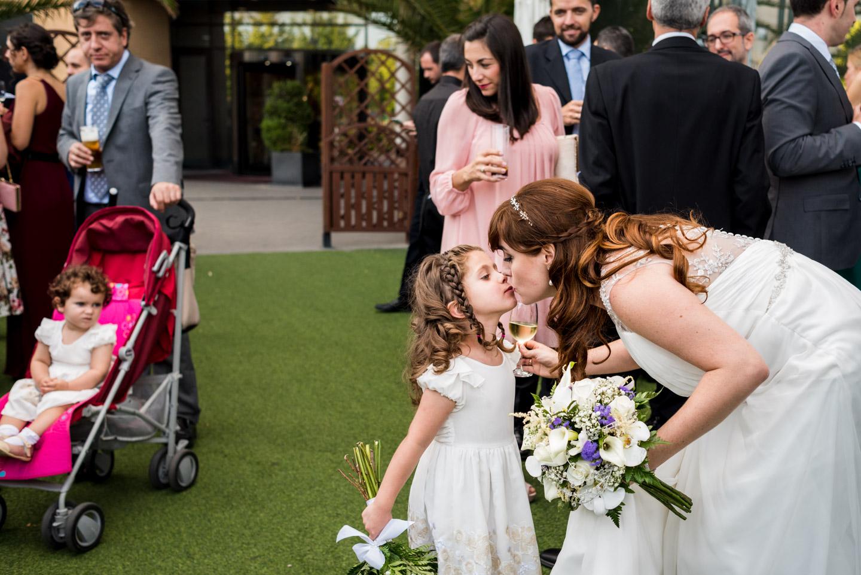 sposa-nipotine-divertente-bacio-sguardo