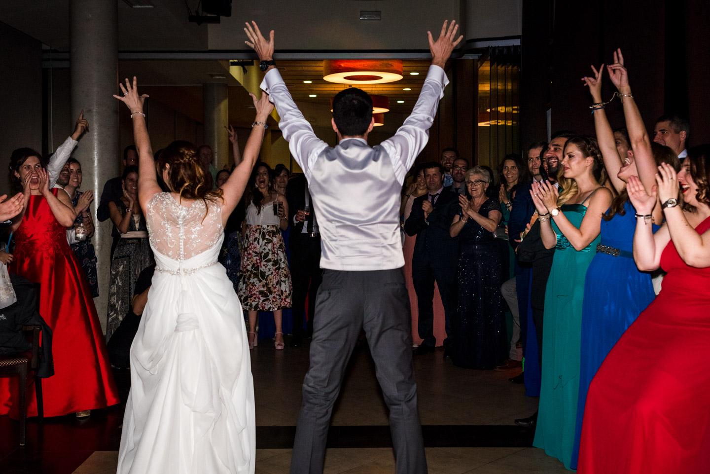 ballo-sposi-amici-risata