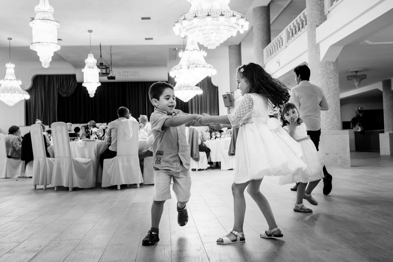 bambini-gioco-divertirsi-ridere-scherzare-bianco_e_nero