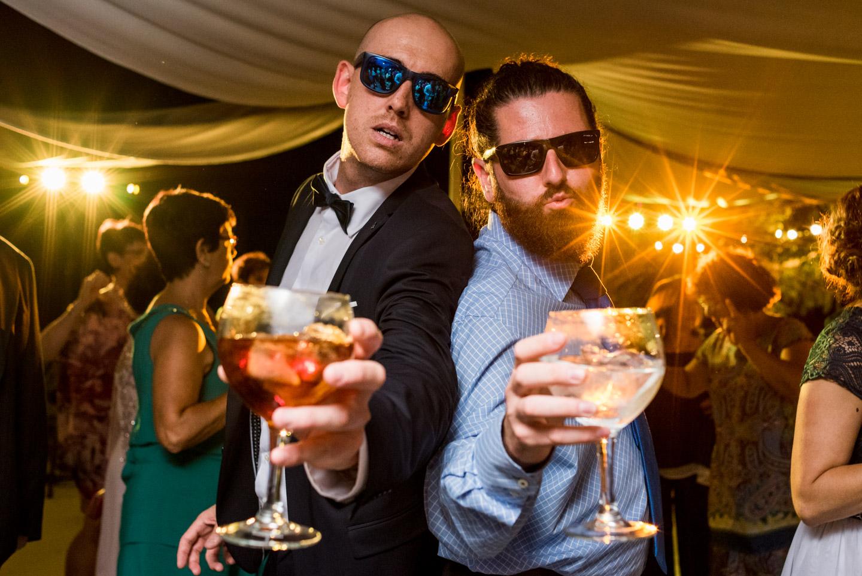 amigos-bebida-baile-gafas-disfrutar