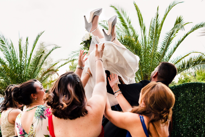 piernas-en-el-aire-para-la-novia-manteada-por-sus-amigas-en-la-boda-muy-divertida