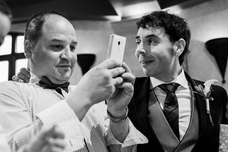 novio-y-cuñado-durante-un-momento-emocionante-en-la-boda