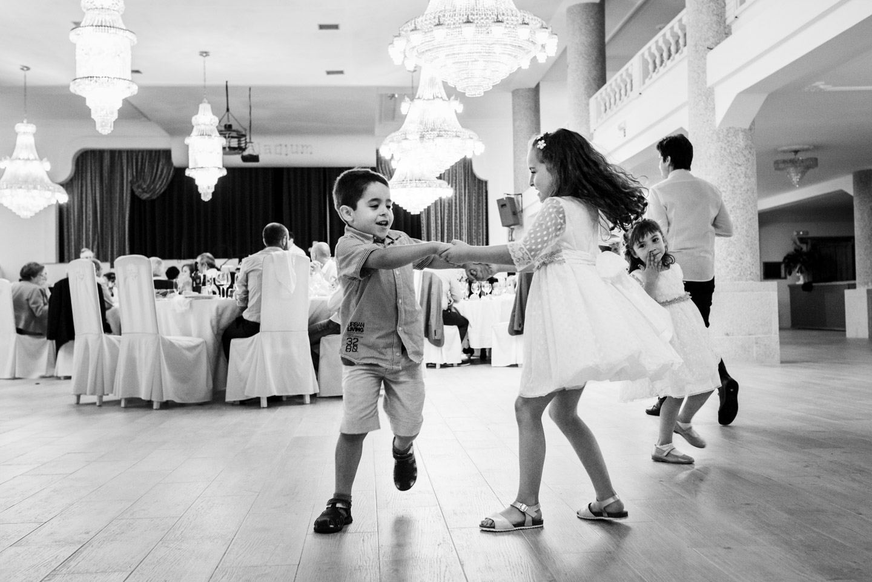 documentar-juegos-de-los-niños-durante-la-cena-de-boda