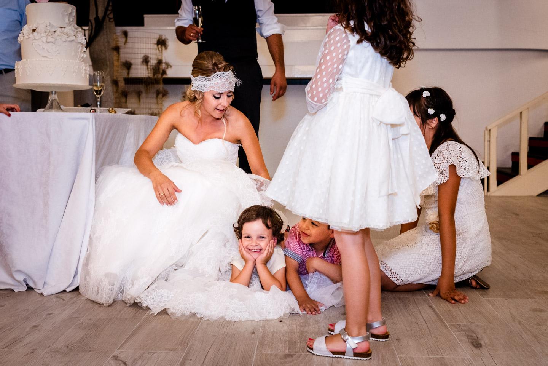 restaurante-paladium-ourense-niños-juegan-con-el-vestido-de-la-novia