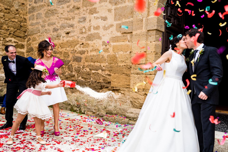 gioco-bambina-lancio-riso-bacio-sposi-fuori-dalla-chiesa