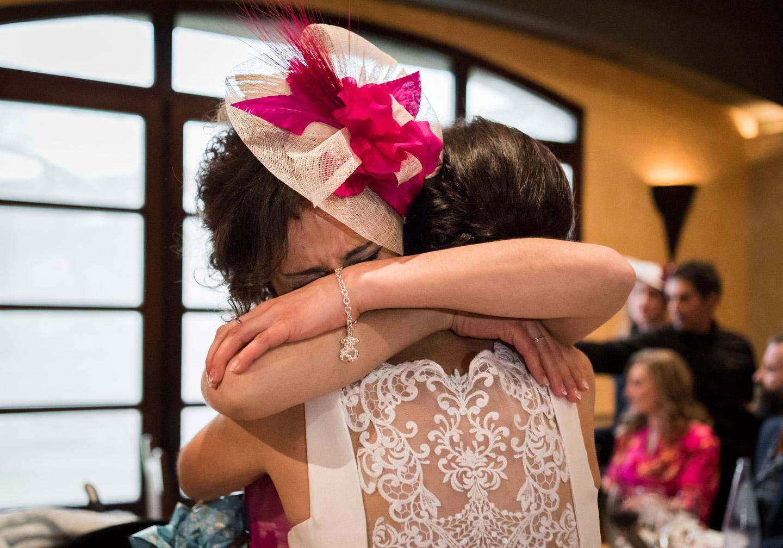 abbraccio-sposa-sorella-emozione-commuoversi