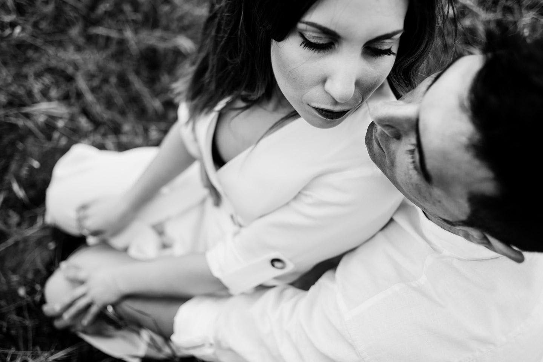 beso de amor en blanco y negro