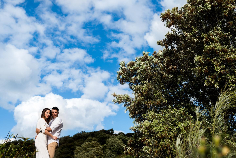 abbraccio tra fidanzati felici immersi nella natura