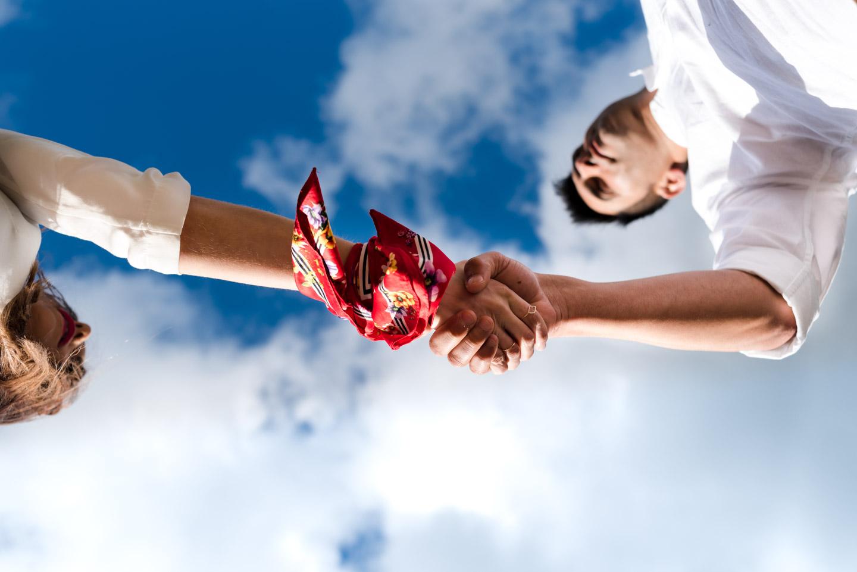 coppia mano nella mano con vista verso l'infinito
