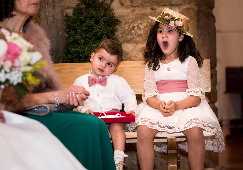 los niños bostezan durante la ceremonia religiosa en un momento divertido y espontaneo