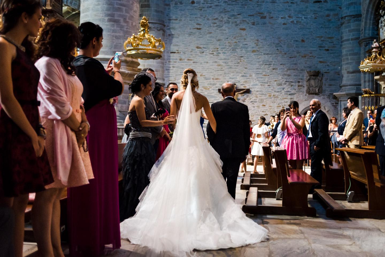 la novia y el padrino andando hacia el altar de la iglesia