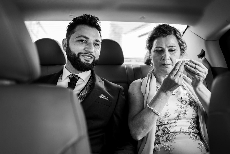 novio y madre de camino a la iglesia en el coche