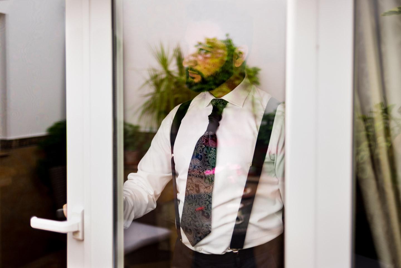retrato del novio reflejado en la ventana