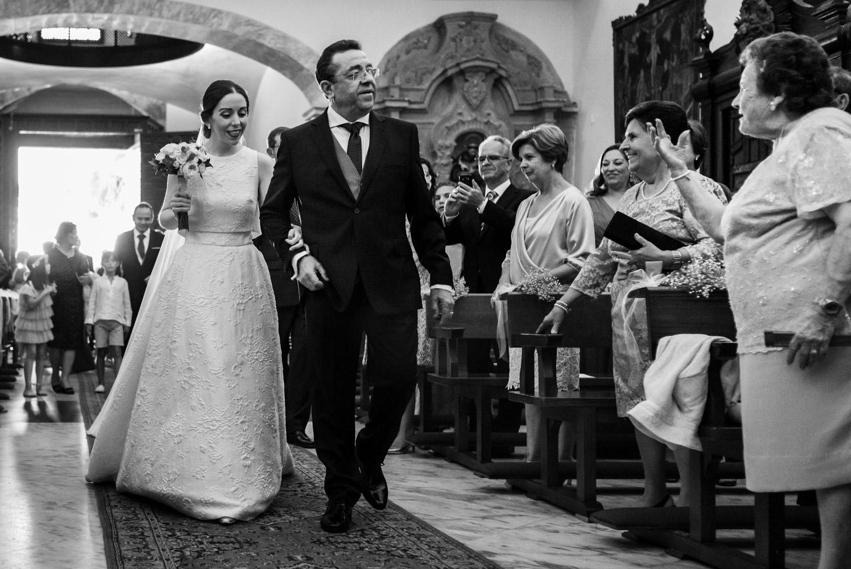 entrata in chiesa della sposa accompagnata dal babbo