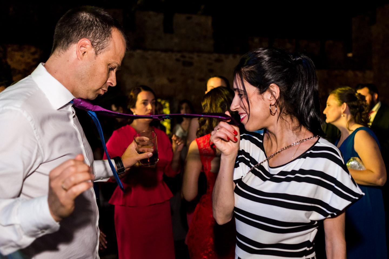 invitati del matrimonio divertendosi nella festa