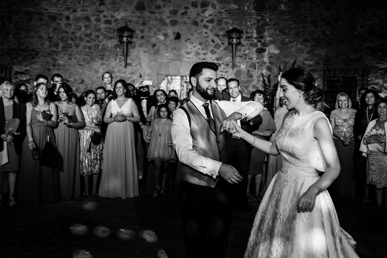 gli sposi ballano durante il matrimonio