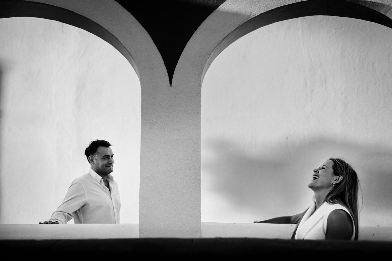 arquitectura y risas por la pareja durante la preboda