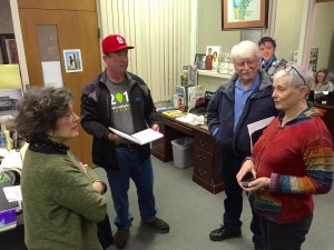 Lee Aylward (left) of The Delta Center speaks with National Park Travelers Club visitors about Mississippi Delta attractions.