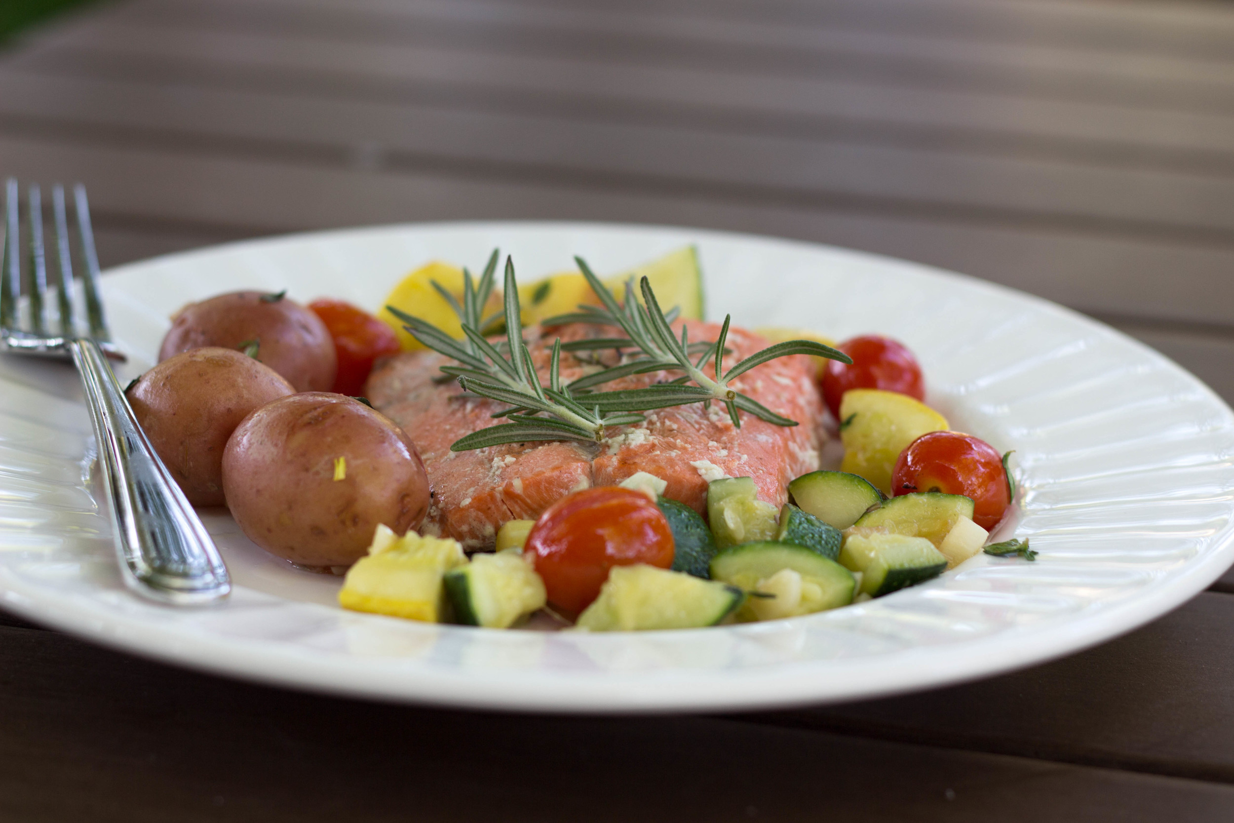 smoked rosemary salmon and summer veggies, summer time dinner recipe, salmon, veggies, grilling, Cooking Gift Set Co., rosemary sprigs, garlic cloves, thyme, petite potatoes, summer squash, zucchini, cherry tomatoes, smoked sea salt, recipe for salmon, perfectly cooked salmon,