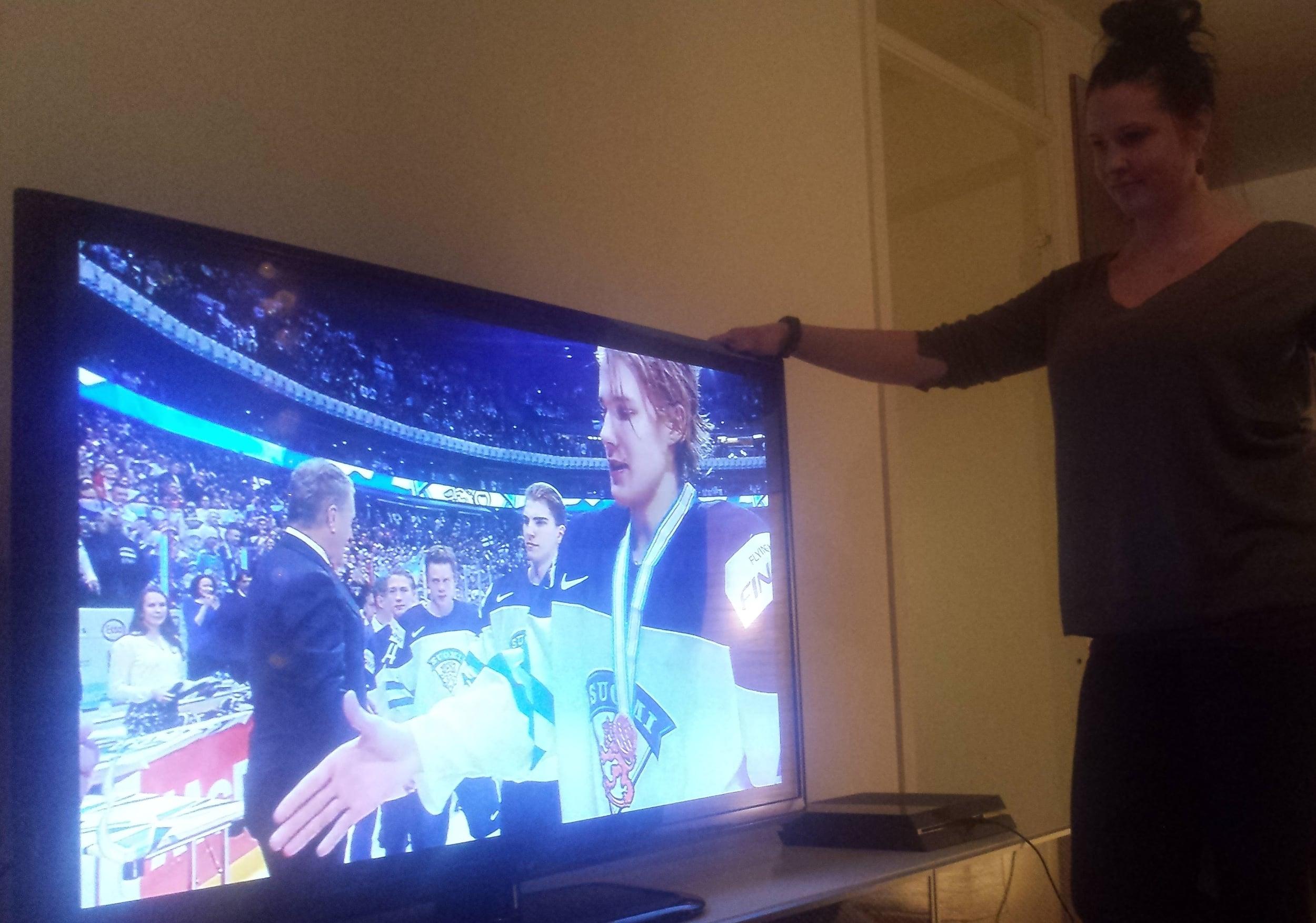 Och sist men inte minst, häng med mina landsmän när de tar emot guldmedaljen i Junior-VM. Den ni.