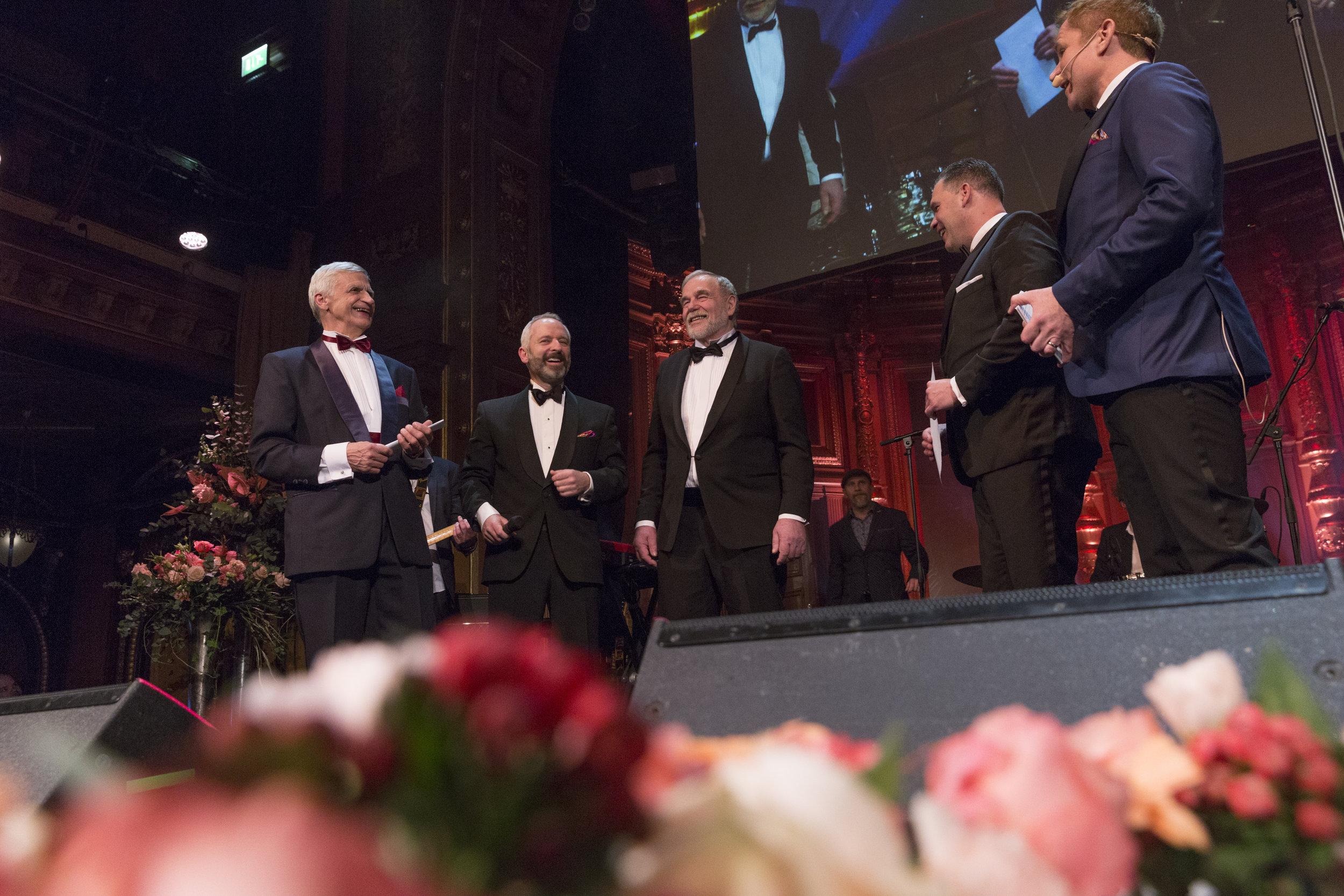 Här tackas de av Fiskejournalens chefredaktör Martin Falklind, Stiftelsen för Östersjölaxens Thomas Johansson och konferencier Rickard Olsson.