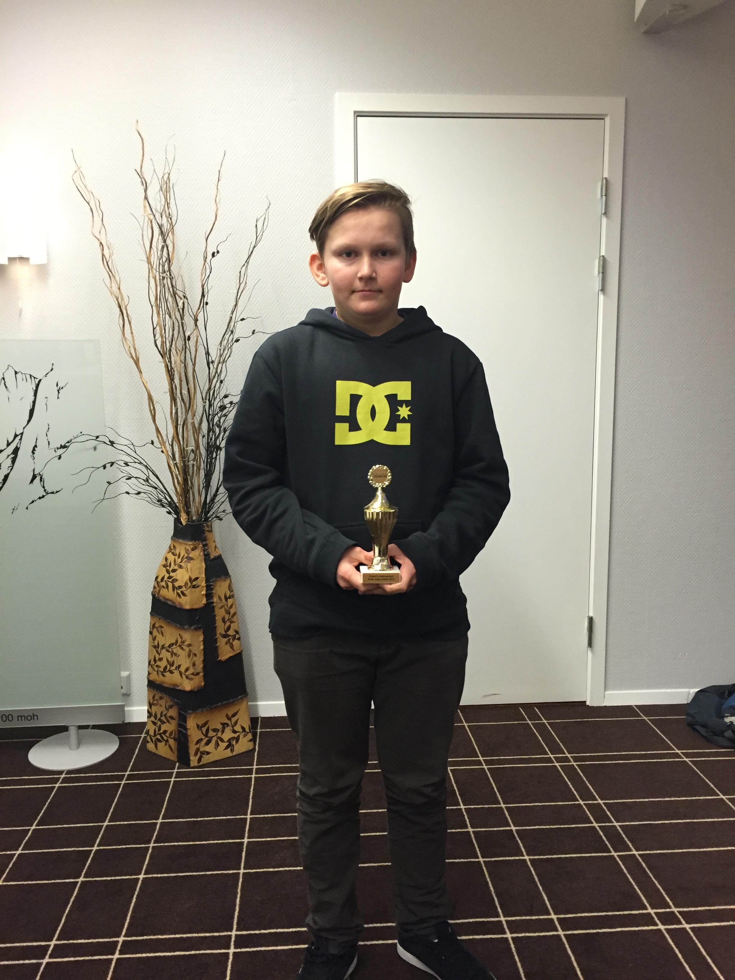 Plasto Hederspokal går for 2015 til Oliver Storbråten. Oliver får pokalen for sin aktive deltakelse i mange ritt i Norge og Sverige.