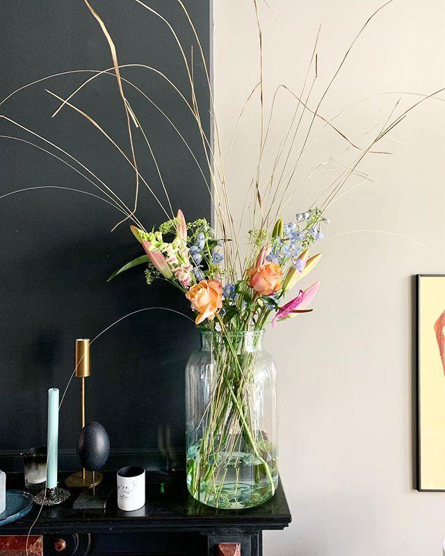 Good morning! 😃 Het is weekend! Leuke plannen voor vandaag? Ik wil vanmiddag de keuken gaan verven ✌️ Weer lekker fris maken 😃 En kijk deze bloemen staan, erg blij mee omdat ze zo lekker kleurrijk zijn 😃✌️ Afgelooen maandag gaf ik een lezing iov @bloomer.flowers @amsterdamflowerschool samen met @dorienvandenbergnaturalstyling over trends, bloemen, interieur en Instagram 😃🌿🌱 Happy day!!