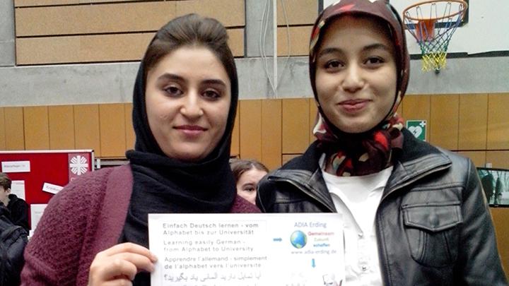 Sharare (links im Bild) ist glücklich über ihre neuen Sprachkenntnisse