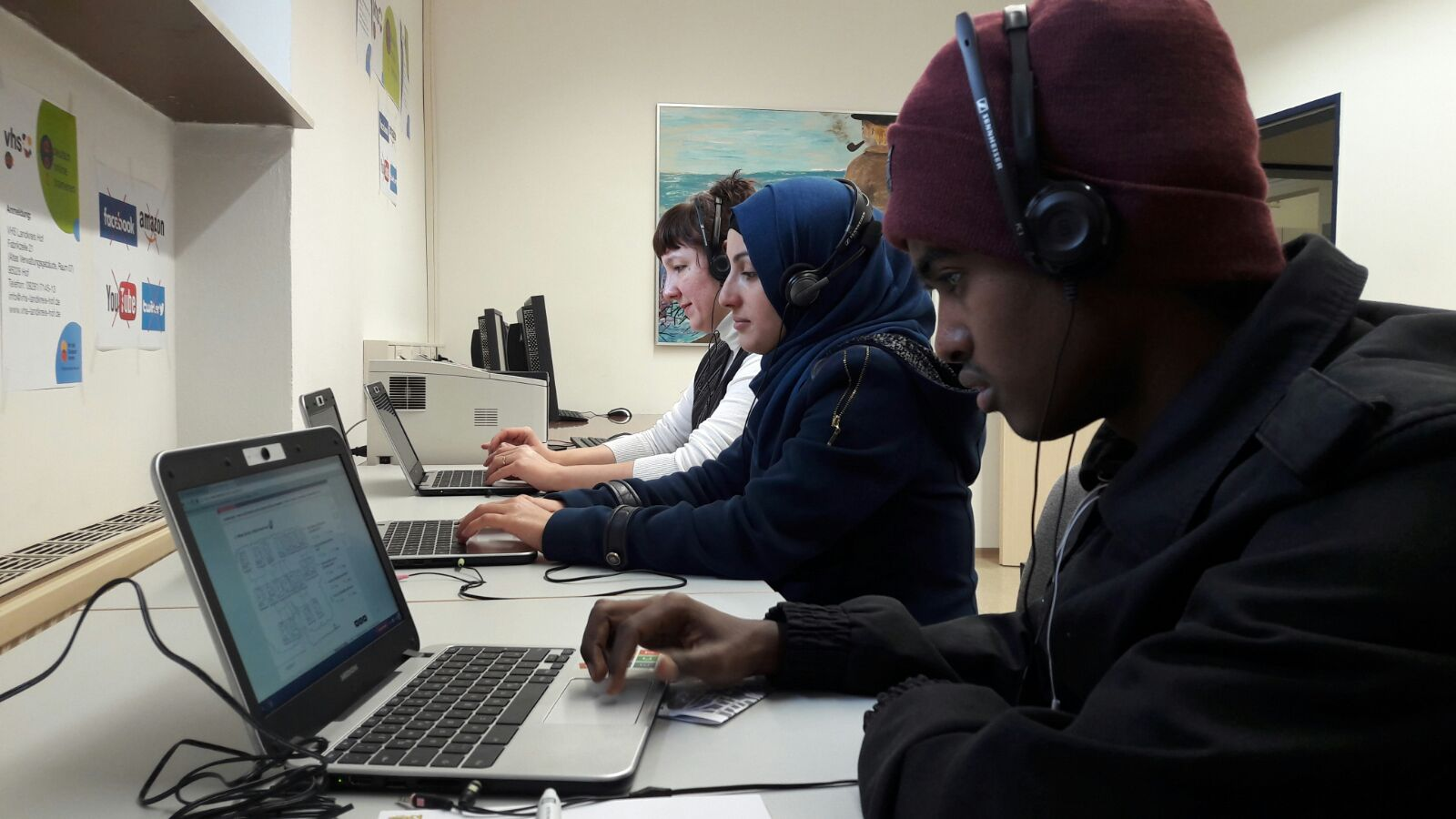 Refugees learning at the Chromebook in the Volkshochschule Hof