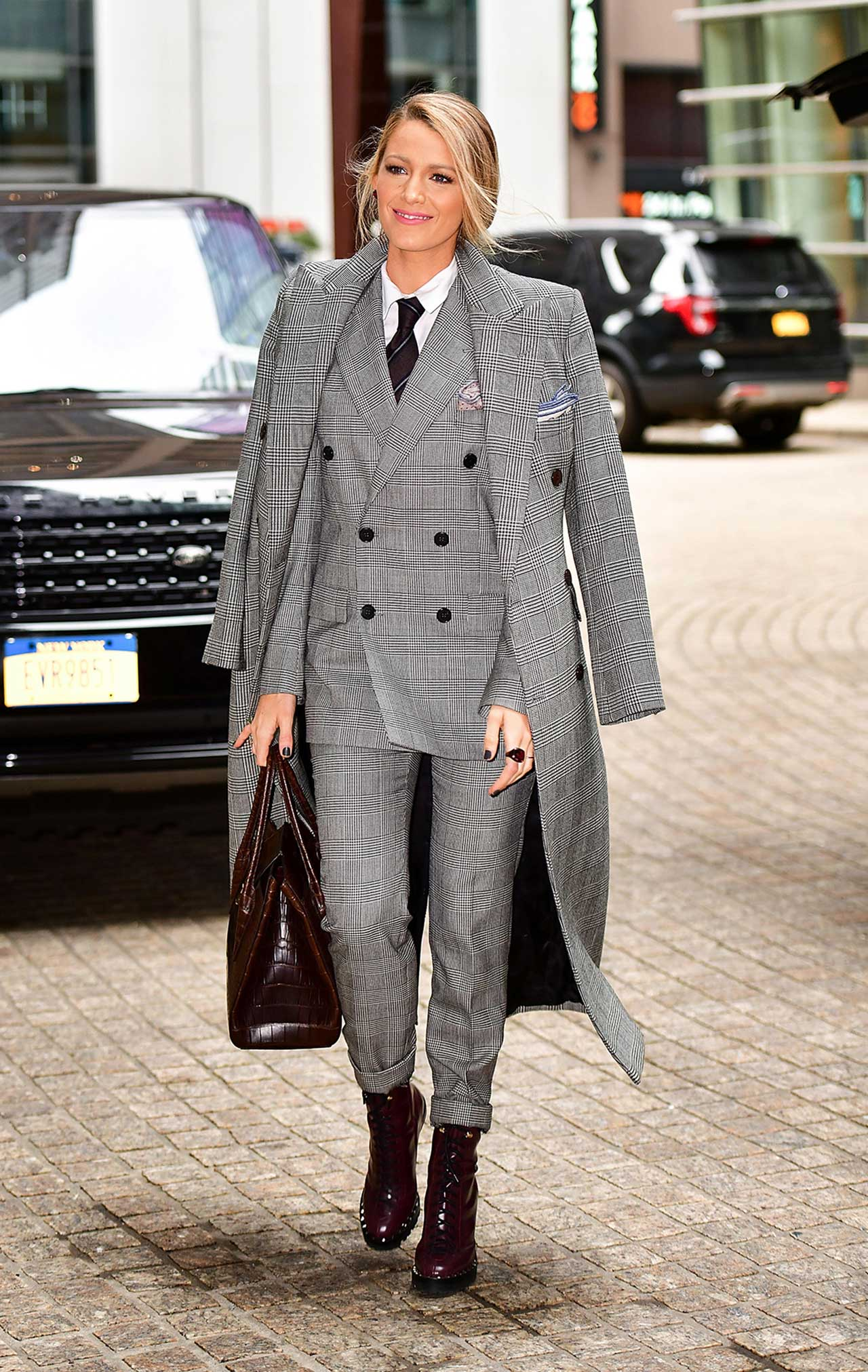 http://top6trends.com/wp-content/uploads/2017/10/blake-lively-style-ralph-lauren-collection-glen-plaid-coat-blazer-pants.jpg