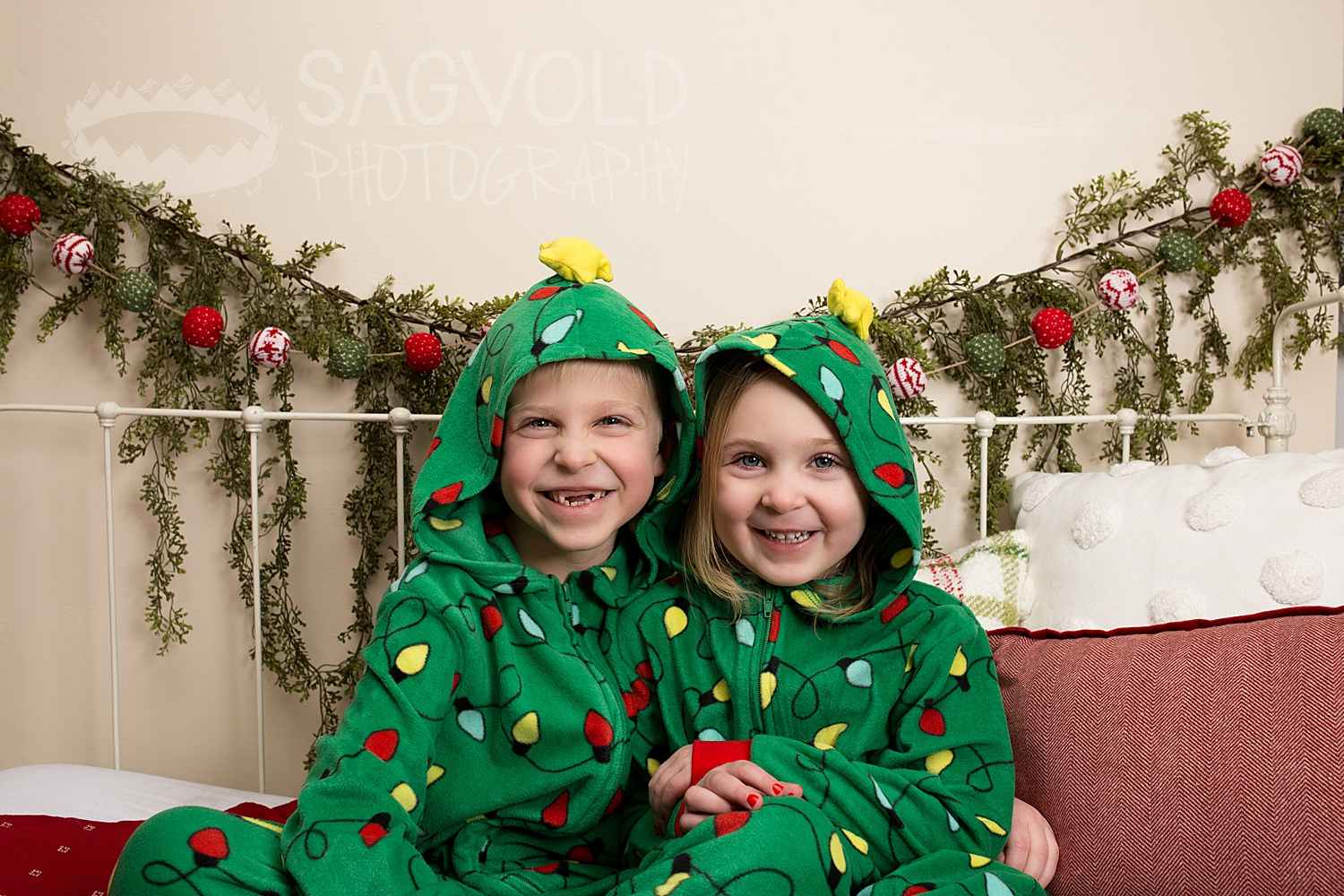 Sibling holiday picture Fargo ND family photographer Janna Sagvold Photography