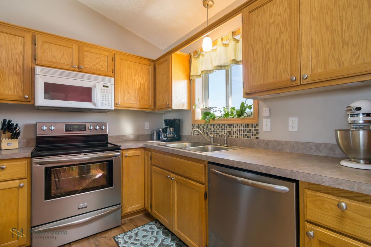 5342-Kahler-Dr-Albertville-MN-55301-7-kitchen.jpg