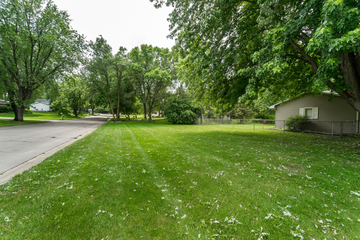 10405-39th-avenue-n-plymouth-mn-side yard.jpg