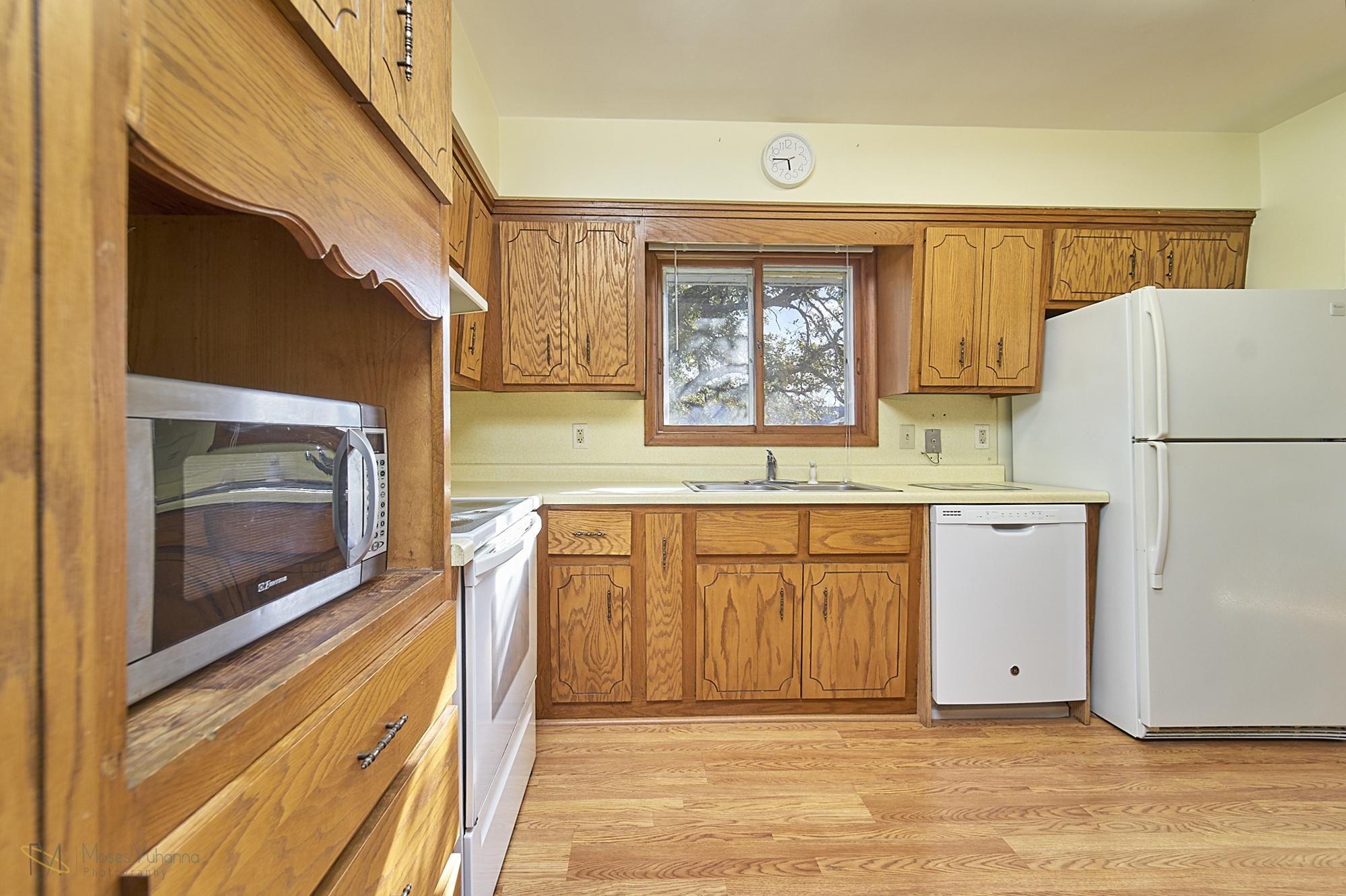 8166-Rondeau-Lake-Rd-E-Lino Lakes-11-kitchen.jpg