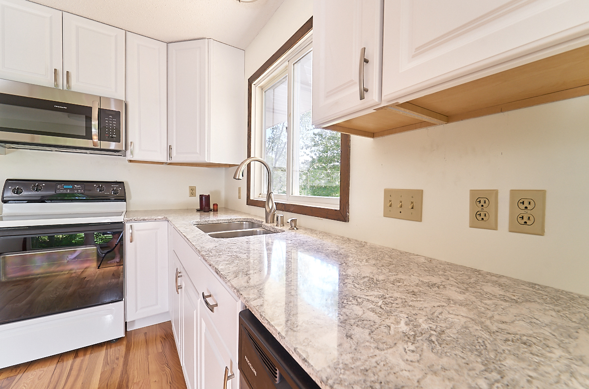 17211-davenport-street-ham-lake-kitchen-counters.jpg