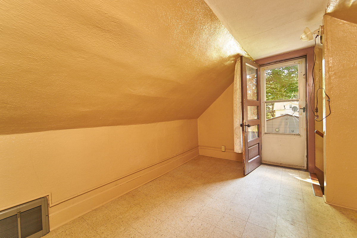 1482-concordia-avenue-stpaul-mn-upstairs-room1.jpg