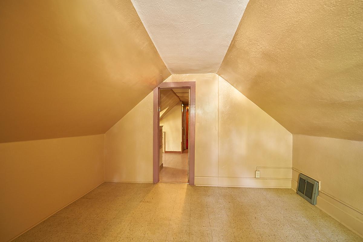 1482-concordia-avenue-stpaul-mn-upstairs-room2.jpg
