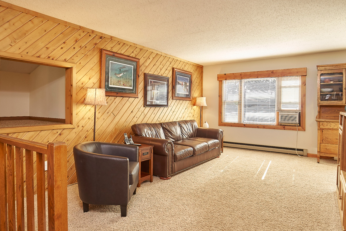 28431-jeffery-avenue-chisago-city-mn-family-room.jpg