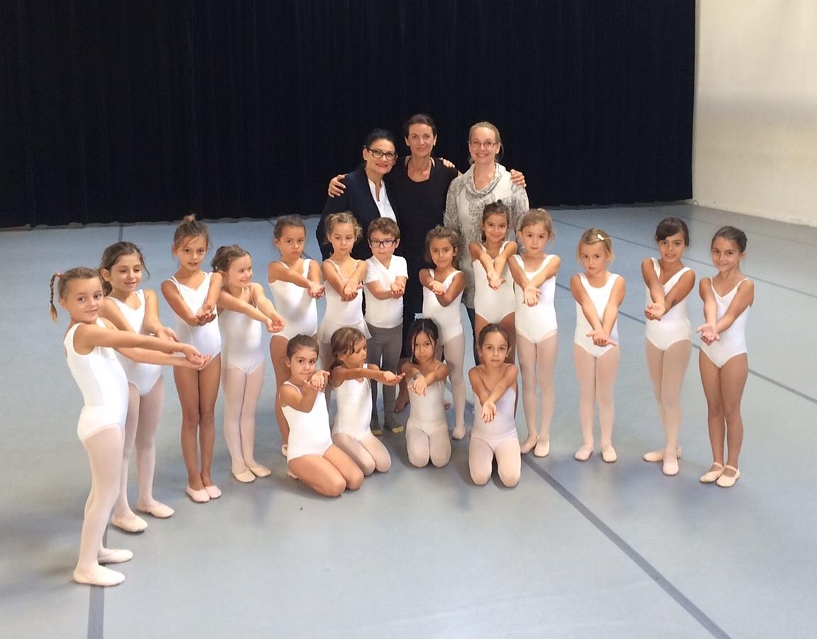 Dominique Larin, professeur à l'ESDCM,entourée de Sinikka Saarela et Alina Siren au cours de danse initiation 1 à Colmar.