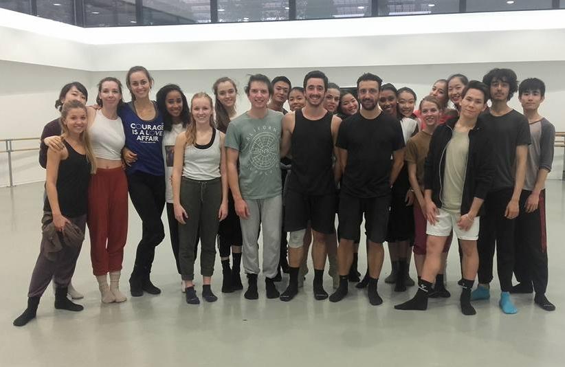 Christophe Garcia (tenue noire short et t-shirt) entouré des danseurs de DNSP3