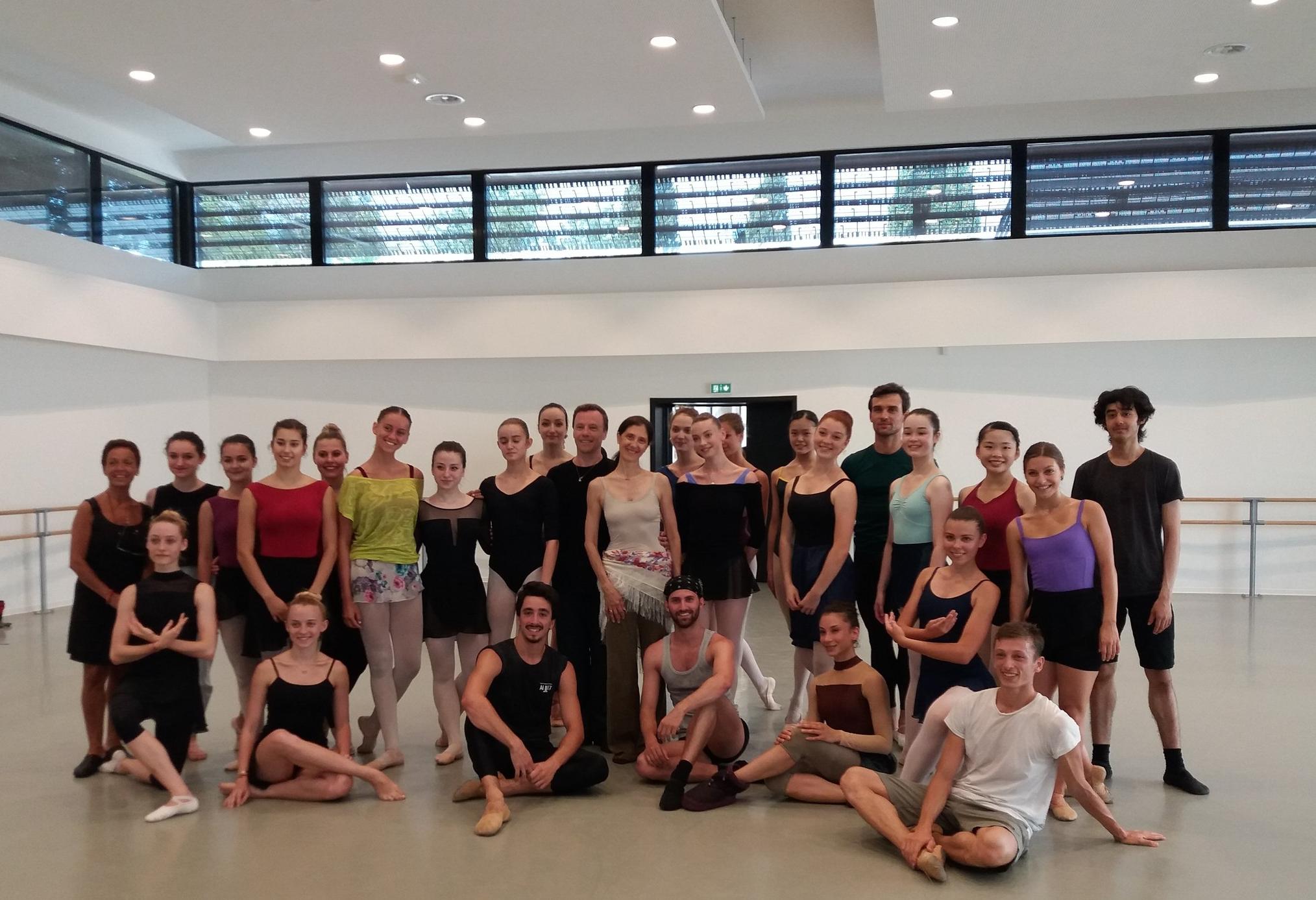 Les élèves du cours supérieur donné par Yannick Boquin mélangeant professionnels, stagiaires et élèves du Centre International de Danse Rosella Hightower