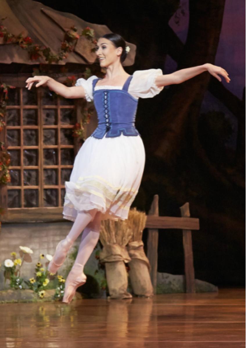 Florence Leroux Coléno - Après une formation académique en danse classique, Florence commence sa carrière professionnelle au Ballet National de Marseille en 2002. Elle rejoint ensuite le Béjart Ballet Lausanne de 2006 à 2013 où elle va danser les pièces du chorégraphe dans le monde entier. Elle rejoint en 2013 le West Australian Ballet. En tant que soliste, elle y interprète les rôles du grand répertoire classique mais aussi le répertoire de Balanchine, ainsi que des chorégraphes comme William Forsythe, Itzik Galili, David Nixon, Annabelle Ochoa… Elle développe également son goût pour la création chorégraphique à travers plusieurs pièces remarquées ainsi que son sens de la transmission. De retour en Europe, après une saison au Ballet de Nice elle rejoint le Royal Swedish Ballet sous la direction de Nicolas Le Riche. Elle entame aujourd'hui une nouvelle phase de sa vie professionnelle avec une formation au diplôme d'état de professeur de danse contemporaine (après avoir obtenu la dispense en classique) ainsi qu'une formation en art thérapie.
