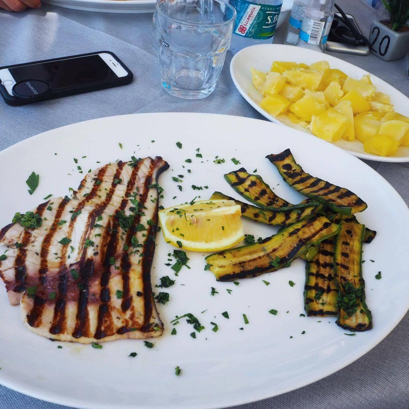 Grilovaný mečoun + cuketa a jako příloha vařené brambory  Grilled swordfish + zucchini and boiled potatoes as a side
