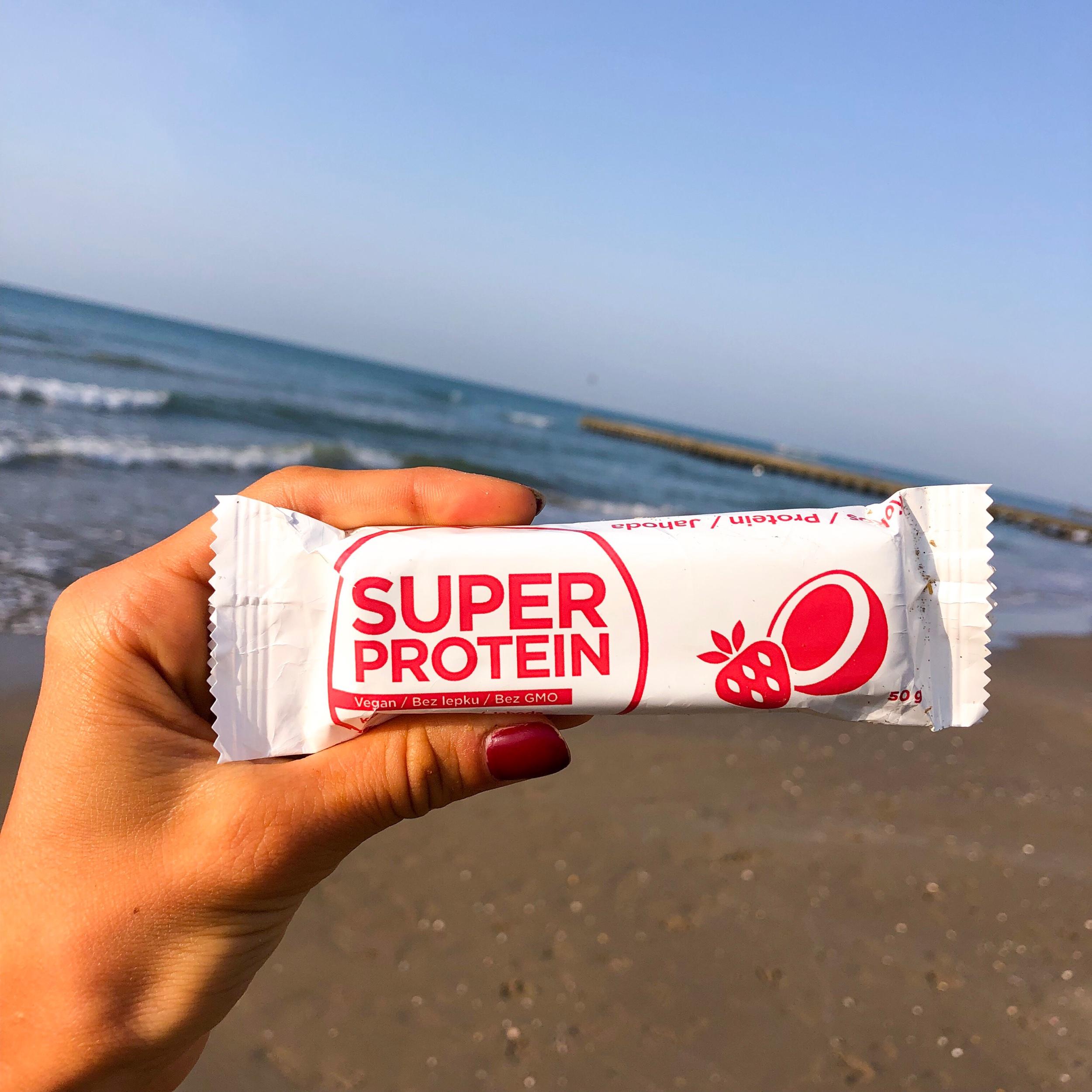 Na pláži mi nesměla chybět ani jahodová tyčinka z Balíčku zdraví - nebo zmrzlina Mrož?