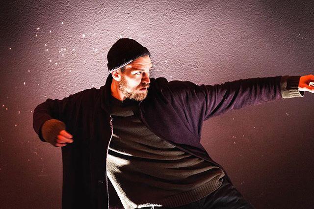 """Wir hatten letzte Woche das große Vergnügen mit dem äußert begabten Tänzer @chrispasknall ein Video für unsere neue Single """"Sinnverliebt"""" zu drehen. Er hat tapfer die ganze Nacht durchgetanzt und der Kälte getrotzt! Ihr dürft gespannt sein. Das Video wird großartig!  #shimmermusik #band #munich #night #dance #light #photoshooting #dedicated #talent #dancer"""