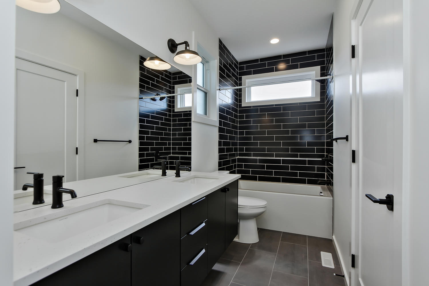 9625 80 Ave NW Edmonton AB T6C-large-046-25-Bathroom-1500x1000-72dpi.jpg