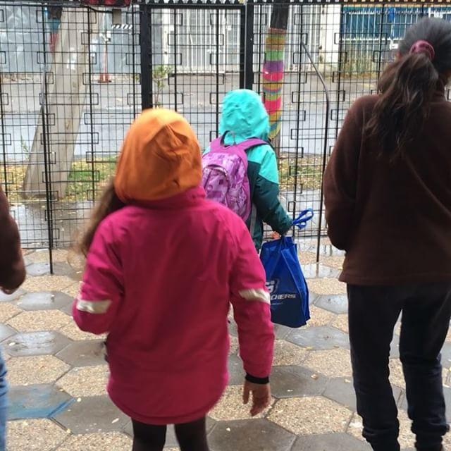 Cuando esperan felices  bajo la lluvia, que las pasen a buscar 💙🙌🏾 Gracias a nuestros/as estudiantes y equipo por tanta felicidad #Reggiochildreninspired