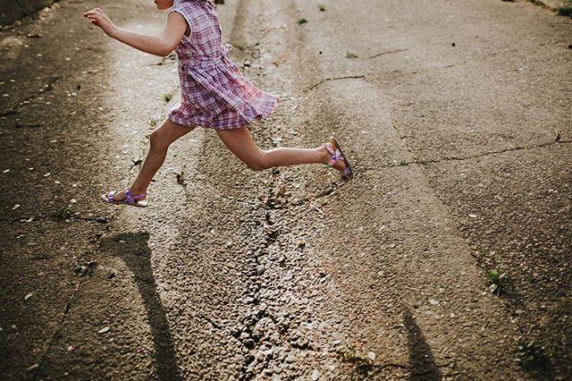 Springing into Spring like its going out of style 👌🏻 ➕➕➕➕➕➕➕➕➕➕➕➕➕➕➕➕➕➕➕➕ #childhoodunplugged #letthembelittle #thebloomforum #memphisphotographer #olivebranchphotographer #lemonadeandlenses #goldenhour #familylifestylephotographer